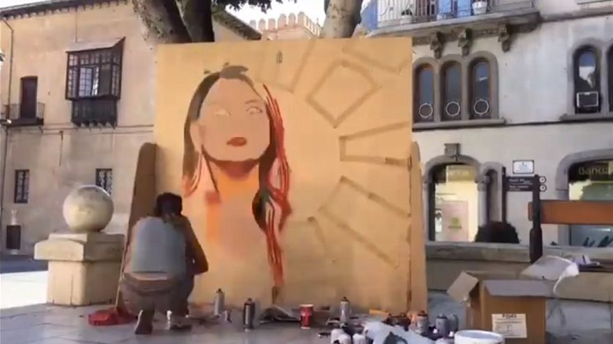 Instante de la ejecución del mural con la imagen de Mireia Mollà