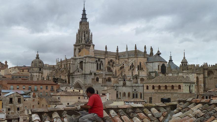 Albañil sobre un tejado del Casco Histórico de Toledo