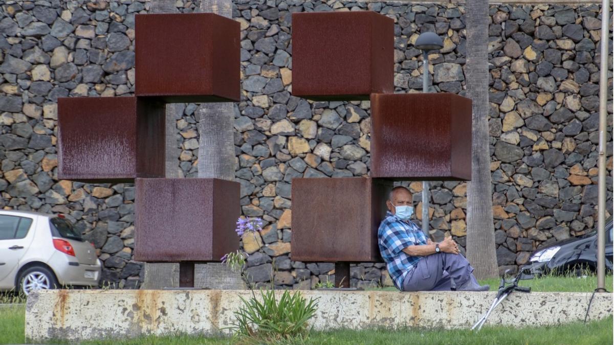Hombre con mascarilla en el Hospital General de La Palma. JOSÉ AYUT