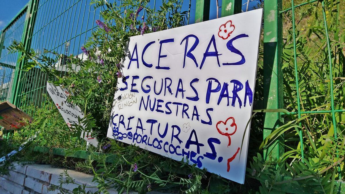 Uno de los carteles de la Revuelta Escolar de Madrid, colocado frente al Asunción Rincón