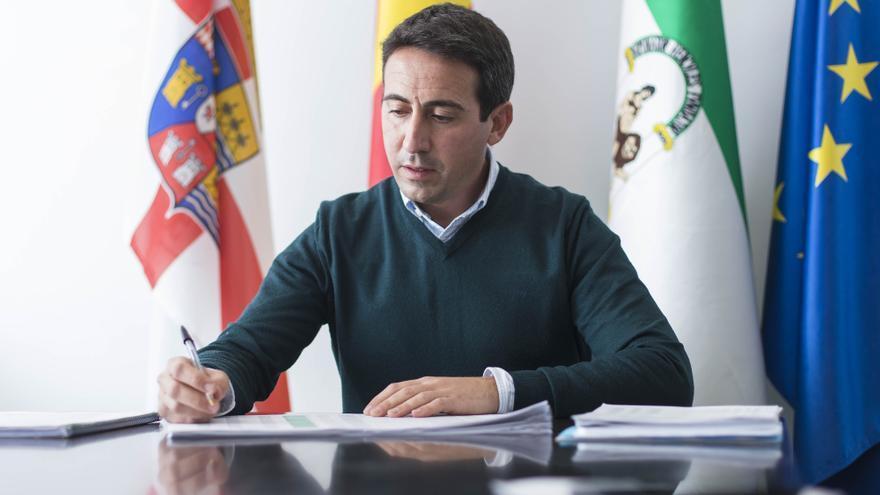El exvicepresidente de la Diputación de Almería sospechoso de cobrar comisiones tiene vínculos familiares con la adjudicataria del contrato investigado
