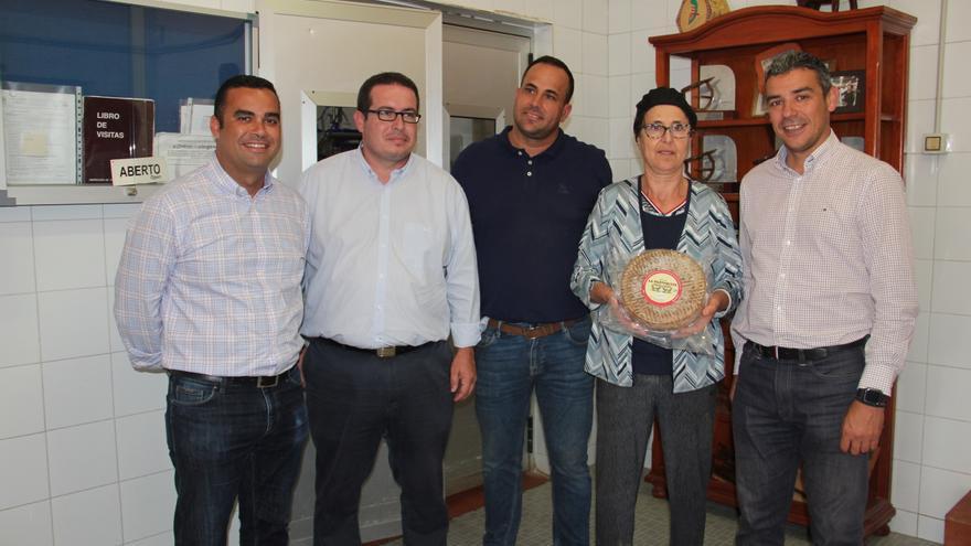 Nicolasa Castro, propietaria de La Pared, en la foto junto a Narvay Quintero, en Fuerteventura