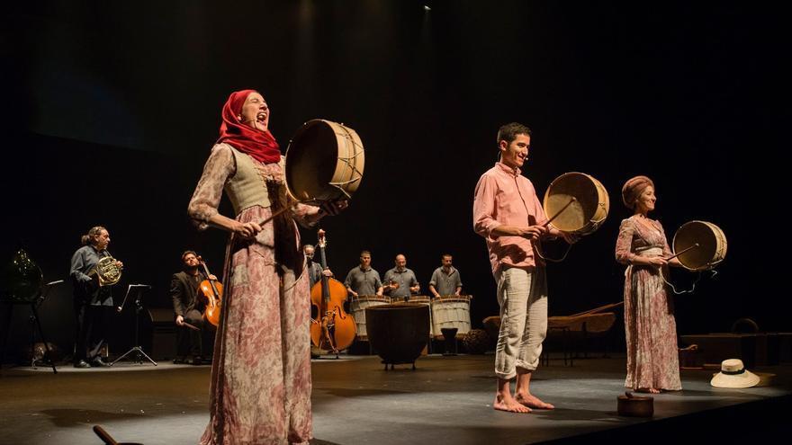 Imagen de una representación de 'Canto al trabajo', espectáculo de la compañía Pieles