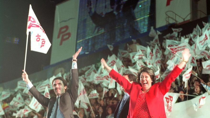 José María Aznar y Rita Barberá en el mitin del PP que llenó el estadio de Mestalla, en Valencia, en 1996