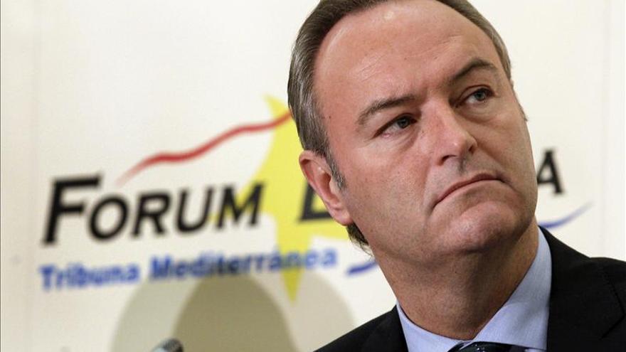 El presidente valenciano dice que los únicos sobres que conoce son las facturas que tiene que pagar