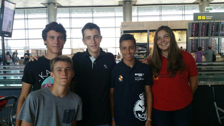 Pablo Fortuny (segundo por la derecha) con compañeros de regata.