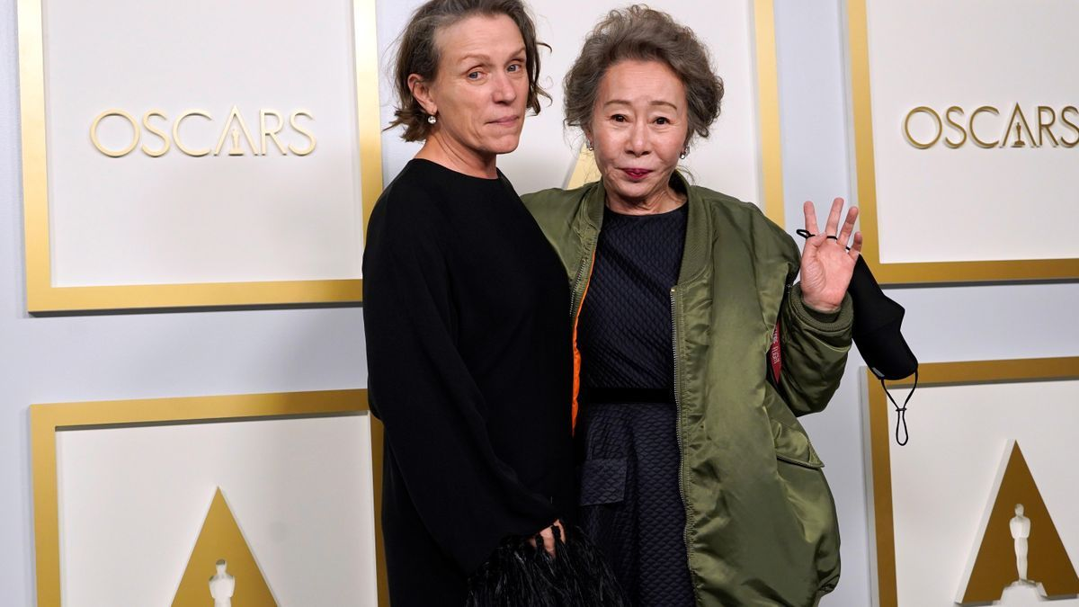 Frances McDormand, ganadora del Oscar a Mejor Actriz, junto a Youn Yuh-jung, que se alzó con el galardón a Mejor Actriz de reparto. EFE/EPA/Chris Pizzello