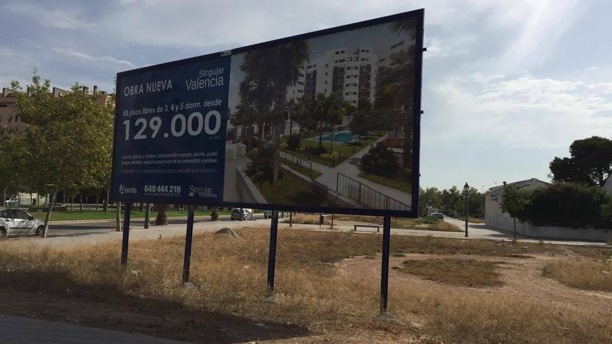 Un panel informativo que anuncia una nueva promoción de viviendas en Valencia