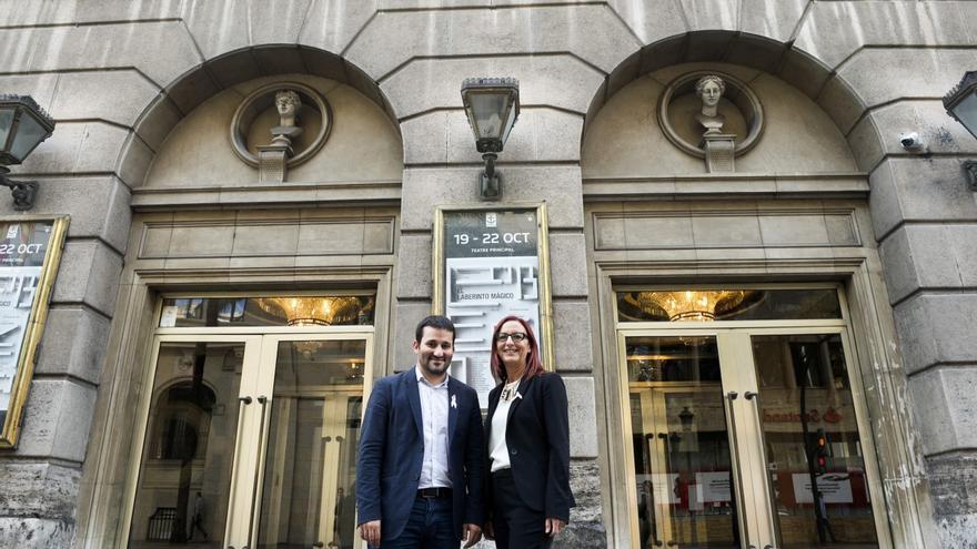 Vicent Marzà i Maria Josep Amigó, davant les portes del Teatre Principal