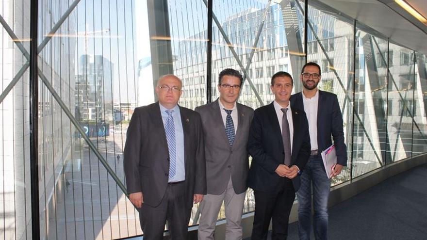 Santiago Cabañero, presidente de la Diputación de Albacete, con miembros de APRECU. / Foto: EUROPA PRESS