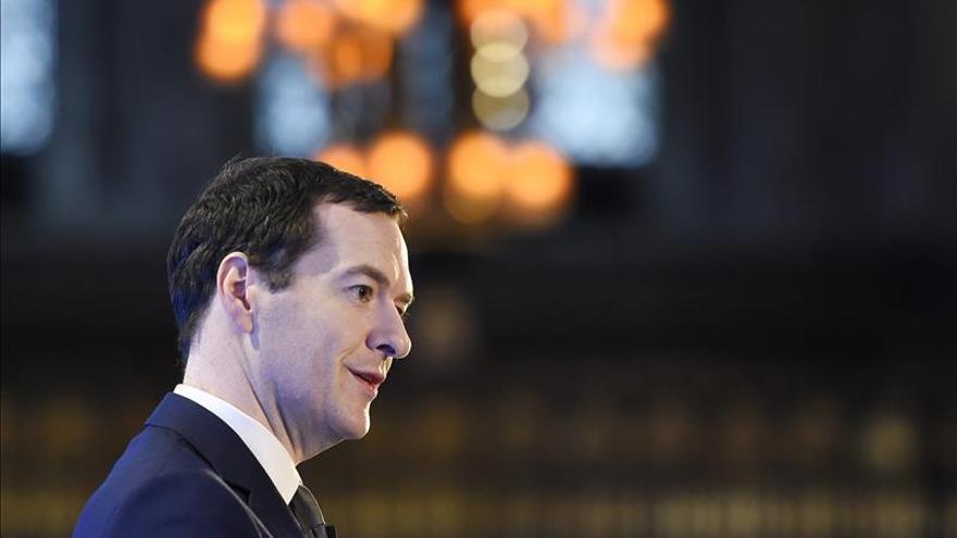 Osborne no descarta recortes en la Policía pese a críticas tras los ataques de París