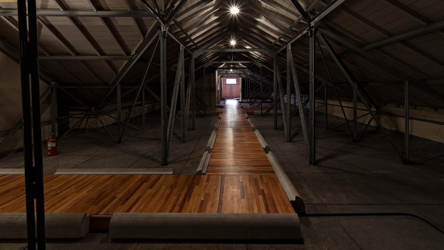 Capucha, el lugar donde estaban los detenidos-desaparecidos, donde se ha colocado una tarima de madera para no dañar las pruebas judiciales.