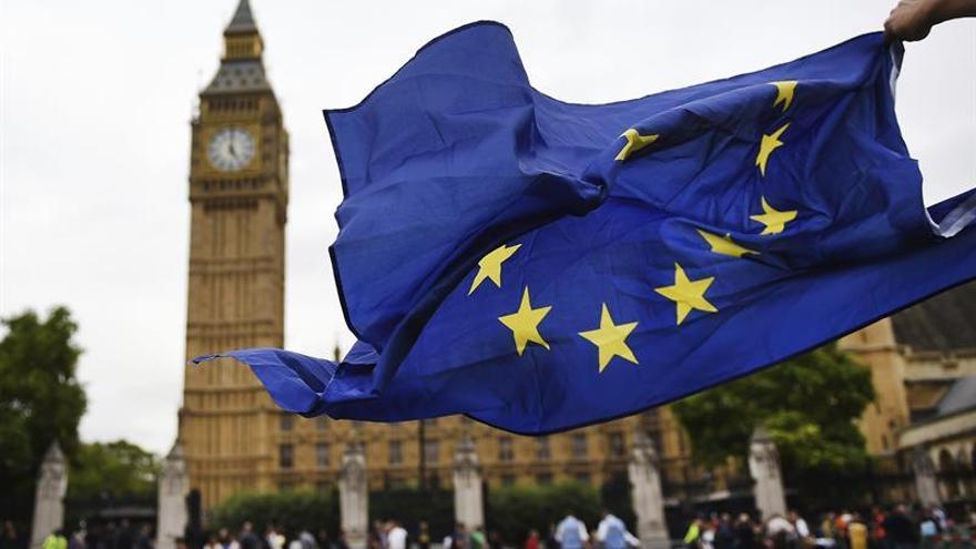 Bandera de la UE con el Big Ben de fondo | Imagen de archivo.