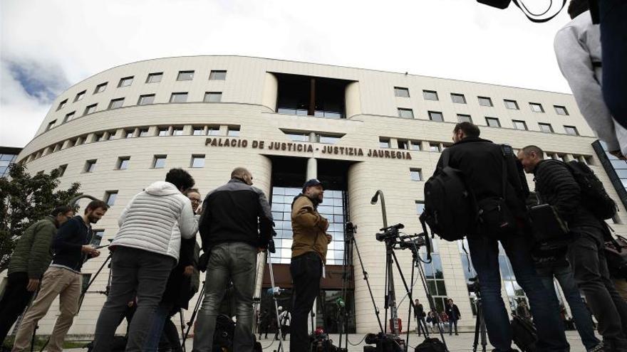 Periodistas frente a los juzgados de Pamplona en una imagen de archivo