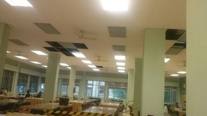 El techo de la sala de lectura se ha desprendido en varias ocasiones