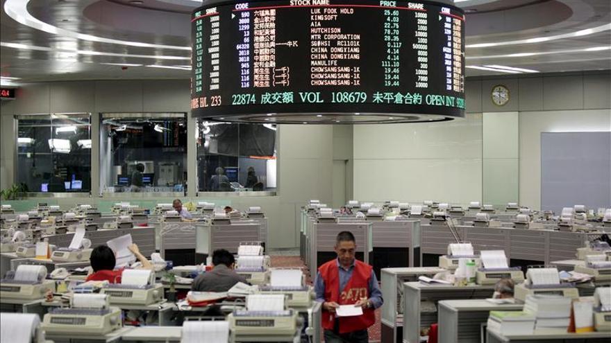 Hong Kong gana un 0,76 por ciento a media sesión