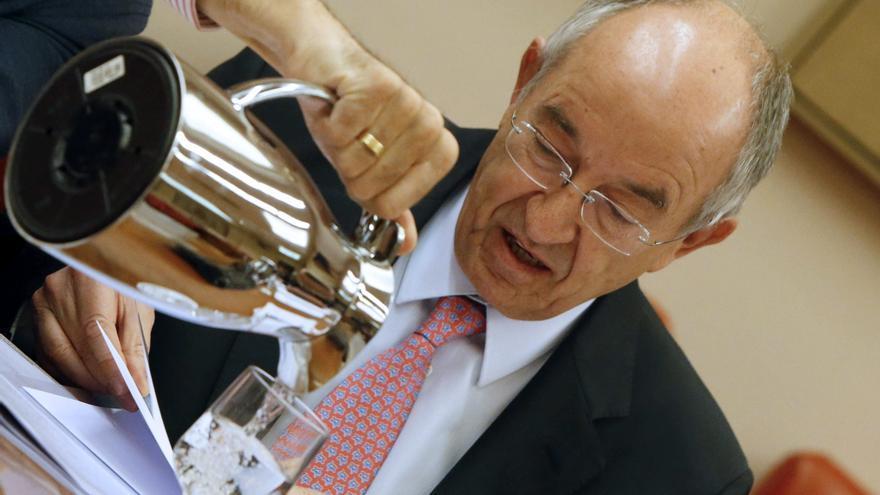 El exgobernador del Banco de España, Miguel Ángel Fernández Ordóñez, durante una comisión en el Congreso / EFE