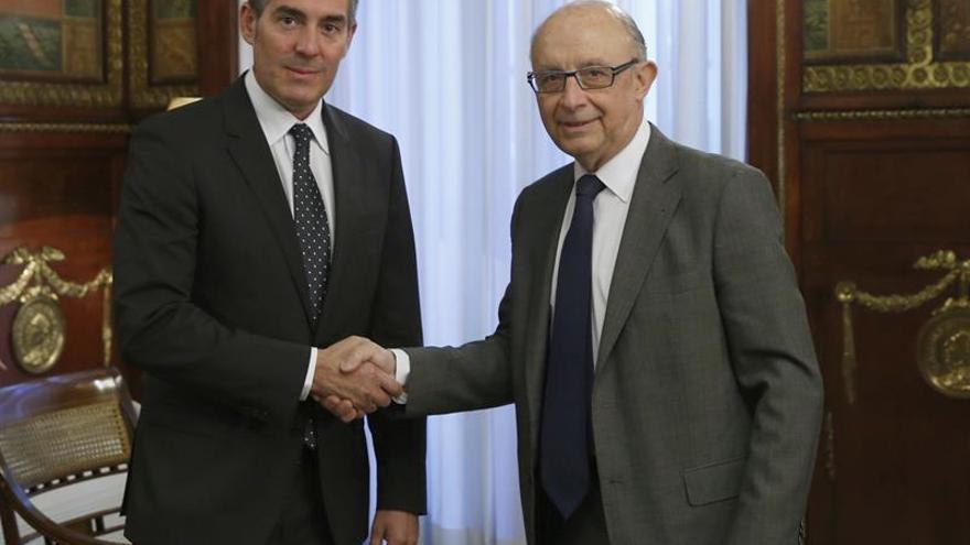 El presidente del Gobierno de Canarias, Fernando Clavijo (i), se ha entrevistado hoy con el ministro de Hacienda, Cristóbal Montoro, para analizar las previsiones presupuestarias para 2017 y conocer el estado de los fondos que el Estado aún tiene que transferir este año a la comunidad autónoma.