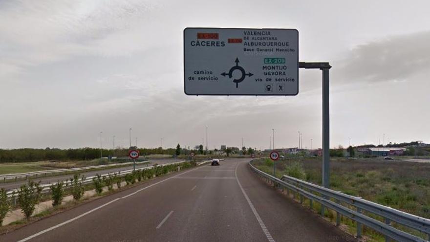 Carretera Cáceres-Badajoz a la salida de esta última EX-100