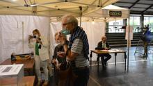 Franjas horarias, filas separadas y en espacios abiertos: así se vota en Ordizia, el epicentro del brote de coronavirus en Euskadi