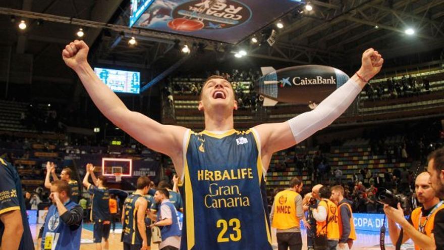 El pívot esloveno Alen Omic celebrando el pase a semifinales tras vencer al Valencia Basket 78 a 83 en La Coruña.