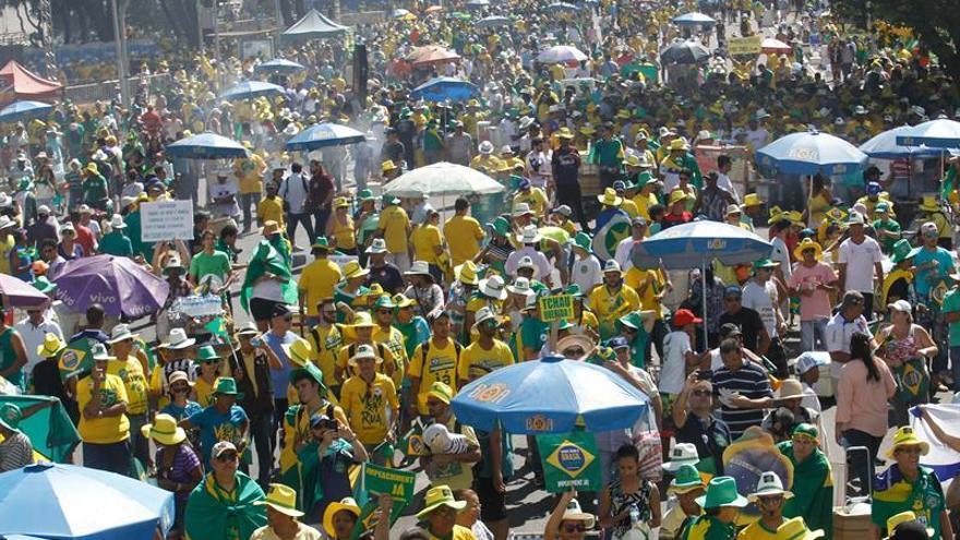 Brasileños se manifiestan a favor y en contra de la destitución de Rousseff