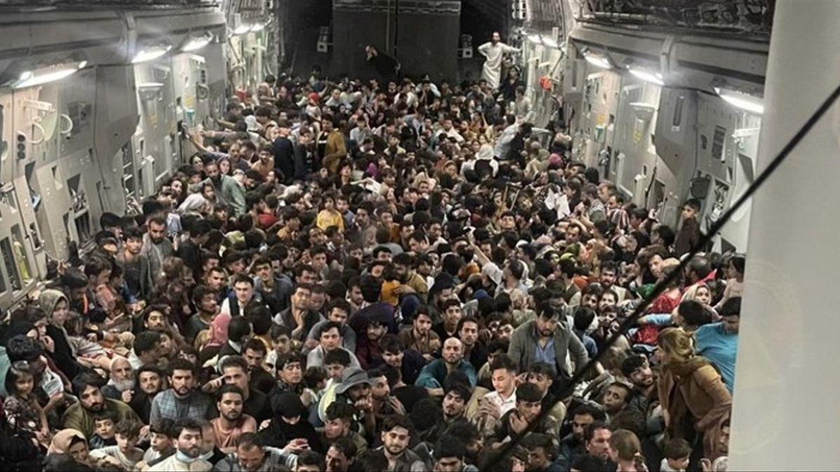 Cientos de personas en un avión de transporte de Estados Unidos durante la evacuación de Kabul