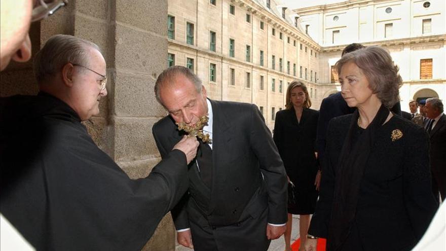 El rey y la reina junto el abad de la basílica de San Lorenzo de El Escorial