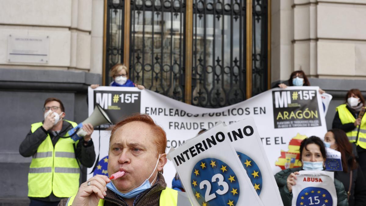Imagen de archivo de trabajadores interinos y temporales en fraude de ley en una manifestación para reclamar la fijeza en Aragón.