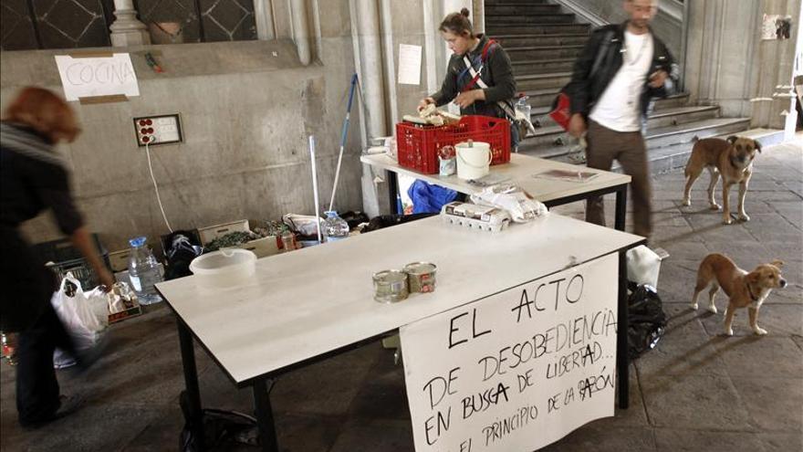Unos 50 estudiantes y profesores ocupan la Universidad de Barcelona para pedir negociaciones