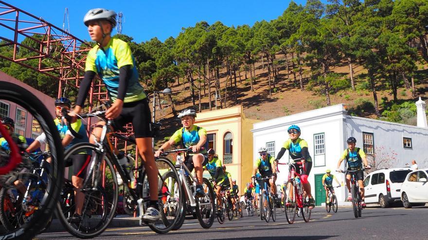 Ciclistas en las carreteras de Fuencaliente.
