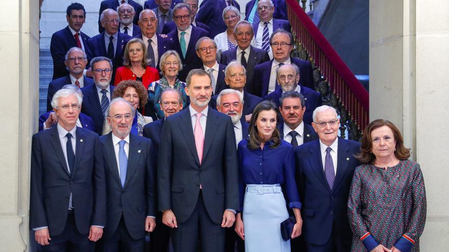 Los Reyes y el presidente de la institución, Santiago Muñoz (2i) posan para fotografía de familia, mayoritariamente masculina, antes del pleno de la Real Academia Española, en junio de 2019 en su sede en Madrid