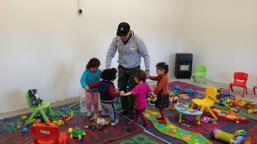 El toledano Gregorio Martín-Blas en el campamento de acogida de refugiados Bridge 2