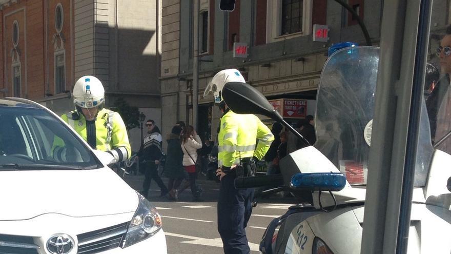 Coche detenido en la Gran Vía madrileña por los agentes de movilidad con Esperanza Aguirre en su interior. (I.R.S.)
