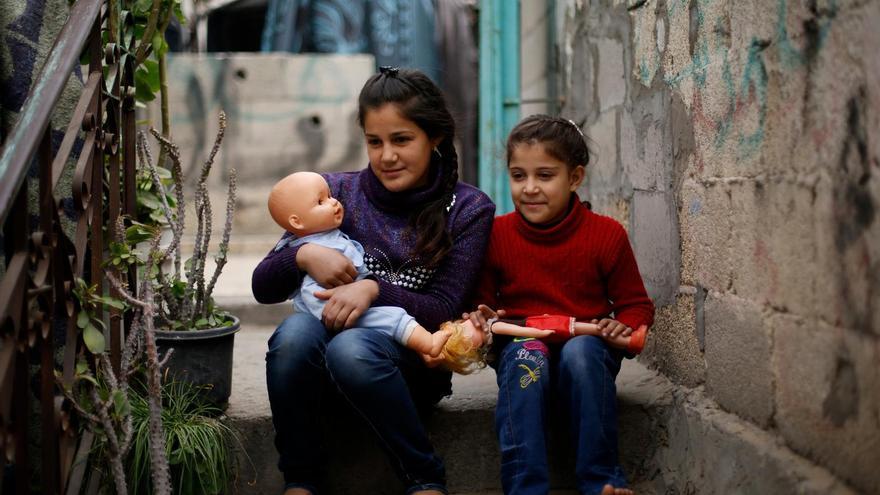 Samar Barakat, de 11 años, y su hermana de 6, Rosol, en el norte de Gaza, ham empeorado en el colegio desde la muerte de su padre, el pasado verano. / Unicef.