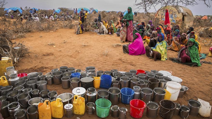 Mujeres esperan por comida y agua en Warder, un distrito situado en la región somalí de Etiopía. Imagen de enero de 2017.