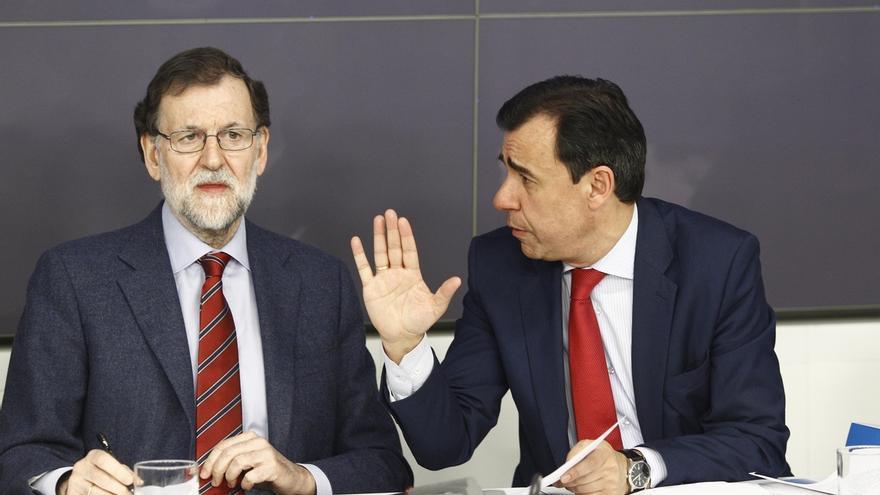 El presidente del Gobierno, Mariano Rajoy, junto al coordinador general del PP, Fernando Martínez Maillo.