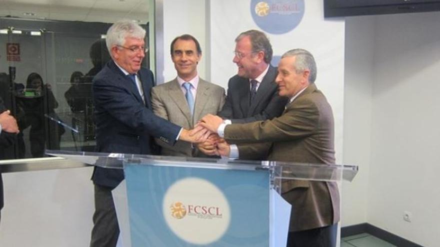 César Antón (segundo por la izquierda) y Antonio Silván (segundo por la derecha), durante la firma del convenio entre el Imserso y la Fundación Centro de Supercomputación de Castilla y León.