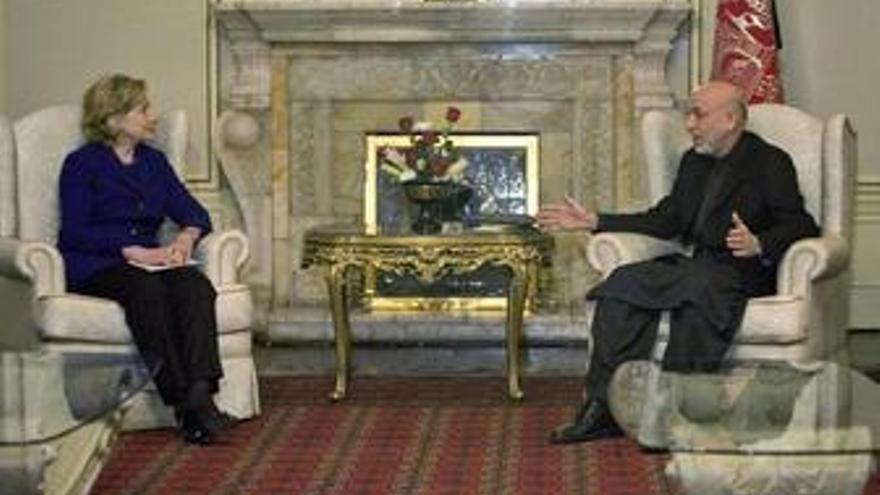 Clinton viaja a Afganistán para asistir a la investidura de Karzai