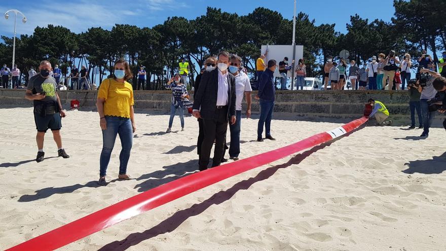 Abel Caballero presenta el sistema de parcelación que se utilizará en las playas de Vigo este verano.