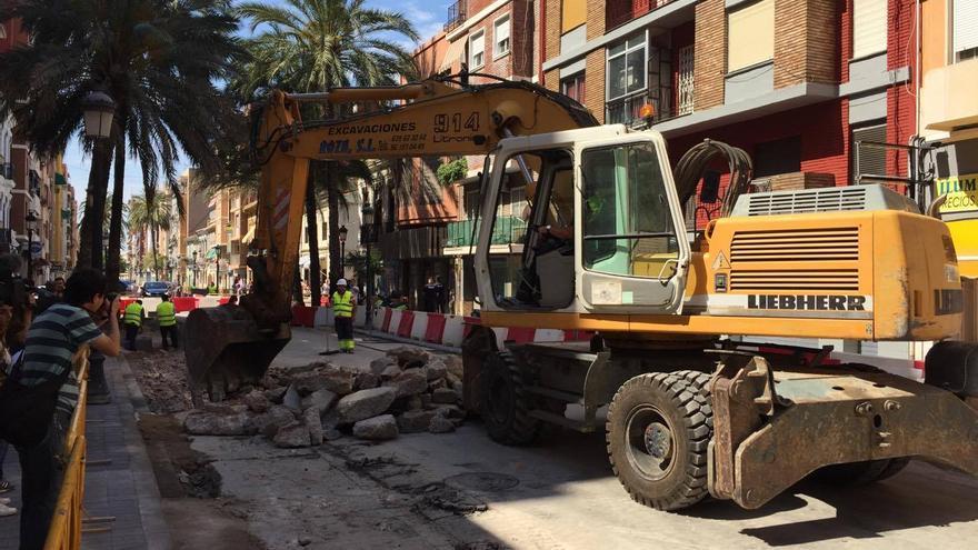 Una excavadora en una de las calles del Cabanyal que se están reurbanizando
