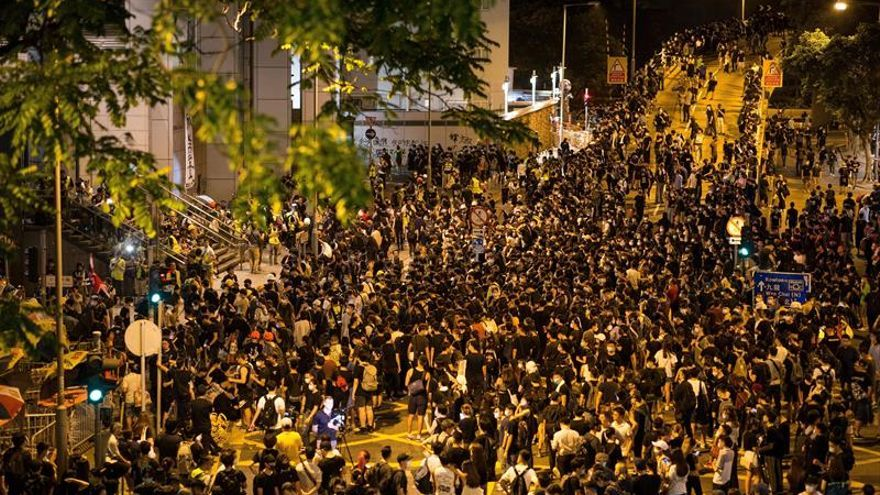 Tensa calma en Hong Kong tras seis horas de asedio al cuartel de la policía