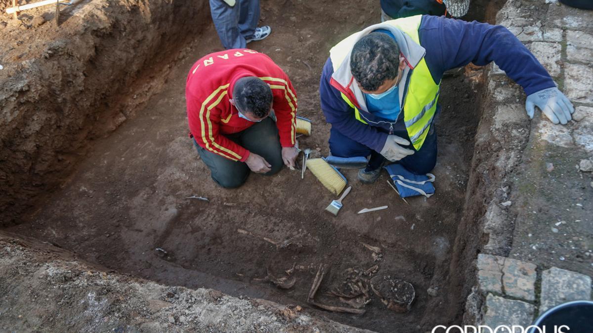 Trabajos de las catas previas realizadas en el cementerio de San Rafael | ÁLEX GALLEGOS