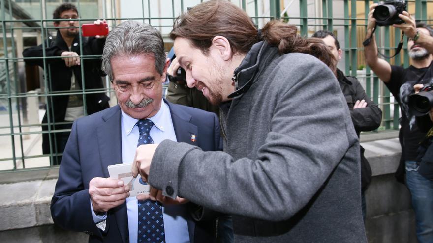Iglesias ha regalado a Revilla un disco del rapero Tote King. | NACHO ROMERO