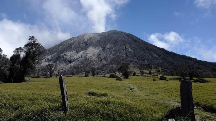 El volcán costarricense Turrialba lanza una columna de ceniza de hasta 500 metros