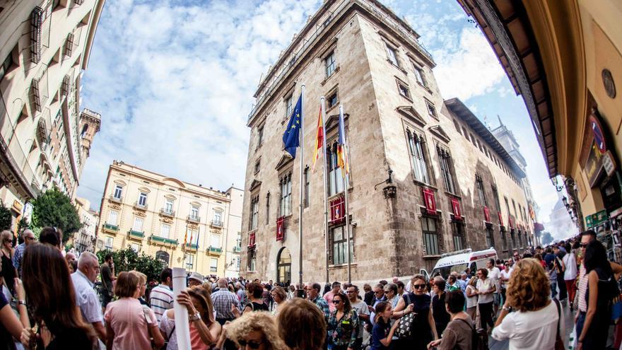 Miles de personas se han asomado este domingo al Palau de la Generalitat