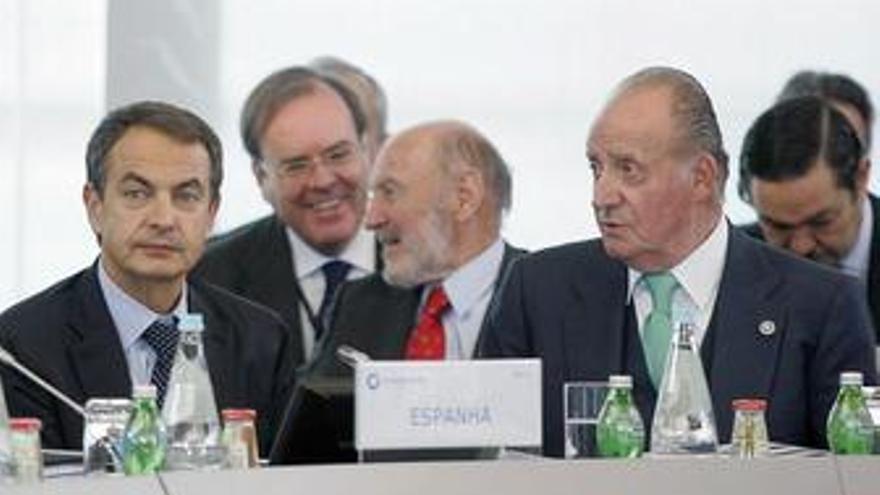 Zapatero y el Rey en la Cumbre de Portugal