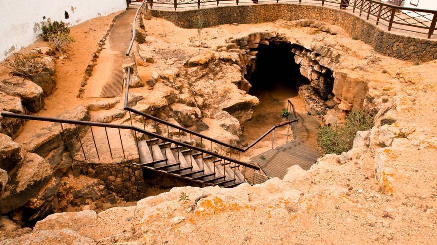 Entrada de la Cueva del Llano, en Fuerteventura.