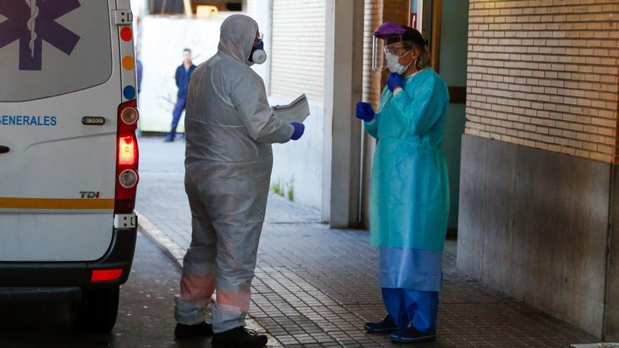 Llega una ambulancia con un enfermo al Hospital Virgen del Rocío.
