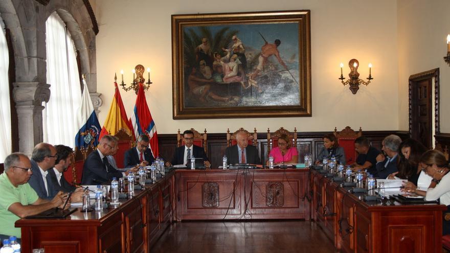 Reunión del consejo de administración de la Autoridad Portuaria en el salón de plenos del Ayuntamiento de Santa Cruz de La Palma.